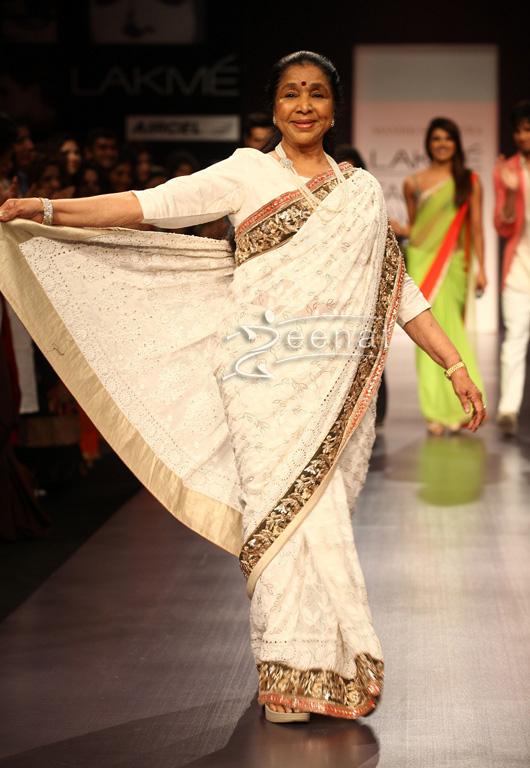 Asha Bhosle In Manish Malhotra Designer Saree At Lakme Fashion Week 2013