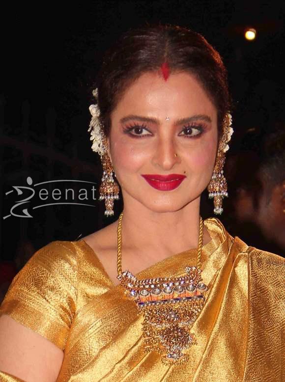 Rekha-Glows-2014-in-Sari-at-59th-Filmfare-Awards
