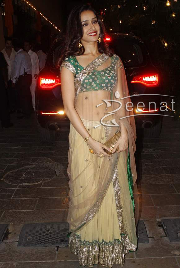 Shraddha-Kapoor-in-Anamika-Khanna-and-Anita-Dongre-for-Amitabh-Bachchans-Diwali-Party (1)