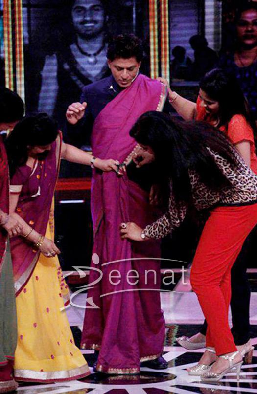 Shahrukh-khan-dons-a-saree-on-his-tv-show