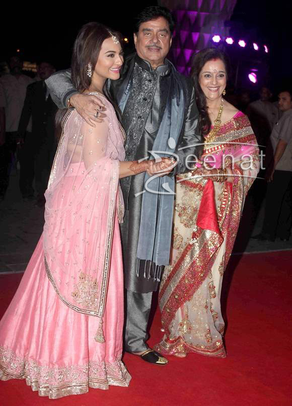 Sonakshi-Sinha-at-brother-Luv-Sinha-wedding-reception