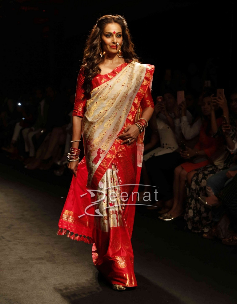Bipasha Basu In Sanjukta Dutta Saree at LFW2016