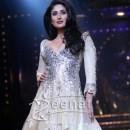 Kareena Kapoor In Manish Malhotra at LFW 2011