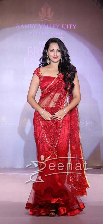 sonakshi sinha red hot saree  4