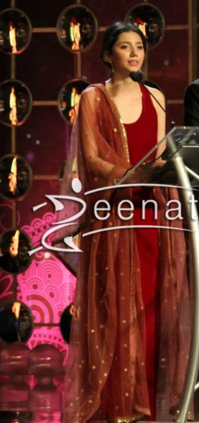 Mahira-Khan-Hosting-Hum-Tv-Awards