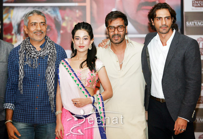 Ajay Devgn, Arjun Rampal and Amrita Rao pose for the shutterbugs.