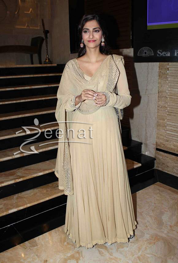 Sonam-Kapoor-in-Anarkali-suit-2015