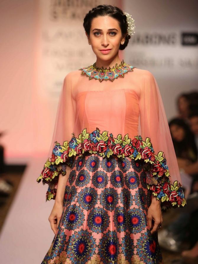 Karisma Kapoor Lakme Fashion Week 2015 2 Zeenat Style