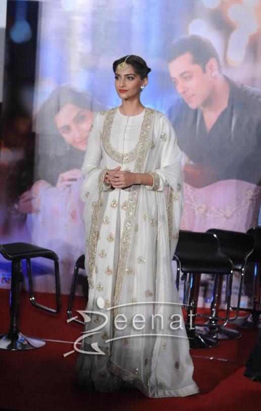 Sonam Kapoor And Salman Khan At Prem Ratan Dhan Payo Trailer Launch – Sonam Kapoor White Dress 4