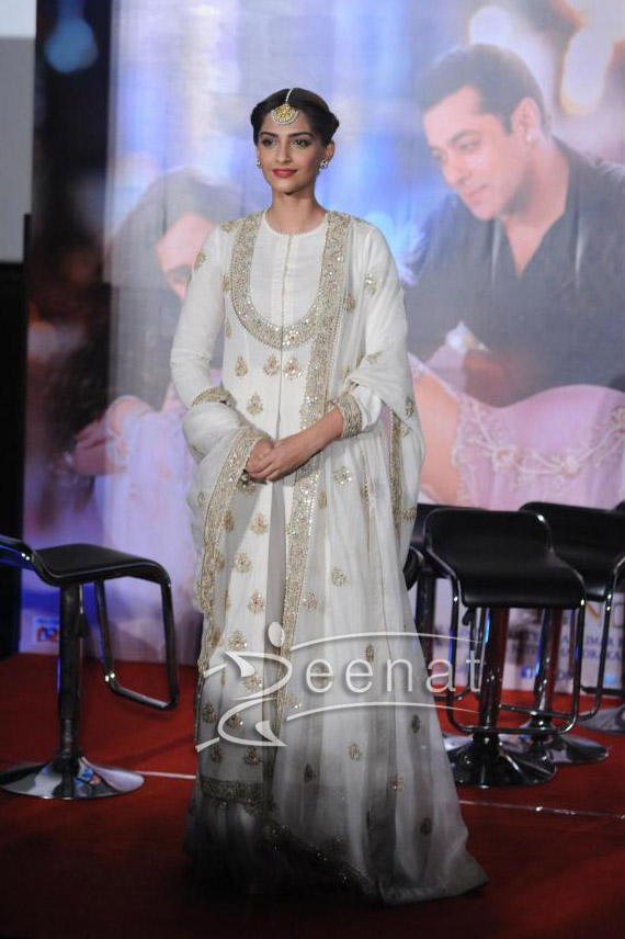 Sonam Kapoor And Salman Khan At Prem Ratan Dhan Payo Trailer Launch 4