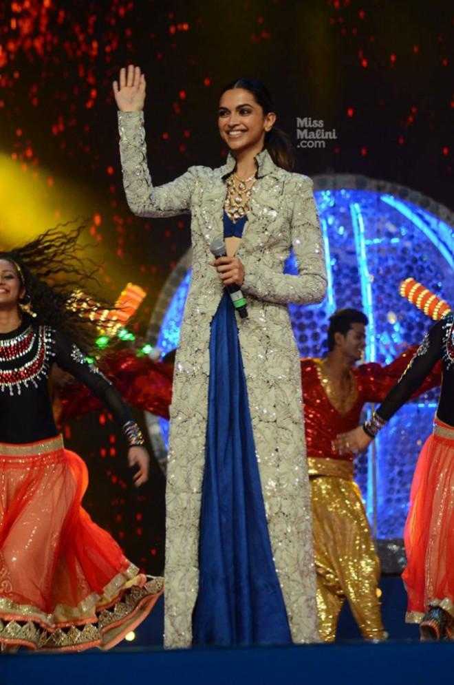 Deepika Padukone Umand Police Show In Anamika Khanna