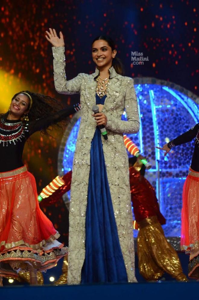 Deepika Padukone Umand Police Show In Anamika Khanna6